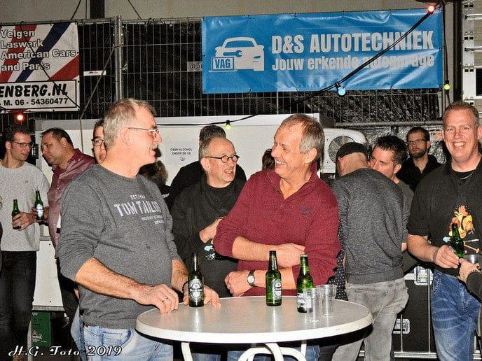 Normaal fans Dalfsen overhandigen cheque aan natuurboerderij.