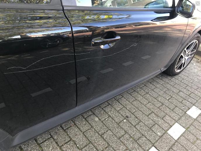 Auto flink bekrast in Dalfsen - Foto: Politie Dalfsen