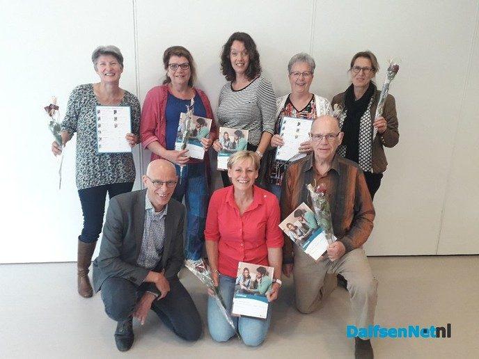 Taalvrijwilligers ontvangen certificaat - Foto: Ingezonden foto