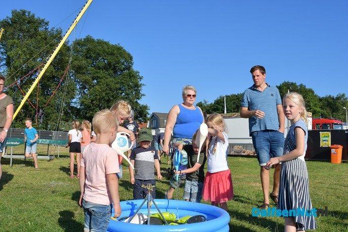 Kinderen vullen de gieter en geven het startsein voor de kermis in Hoonhorst - Foto: Johan Bokma