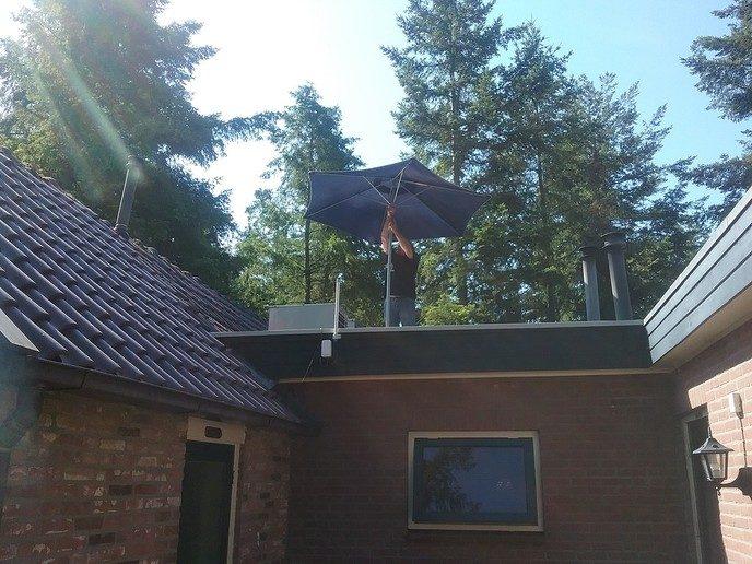 Landing parachutist op dak? - Foto: eigen geleverde foto
