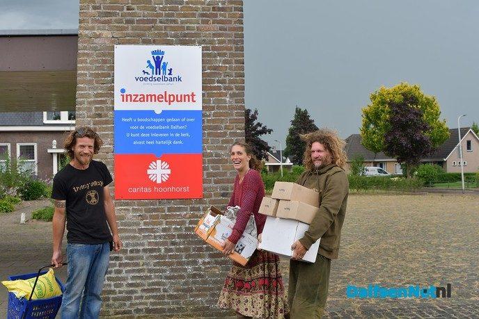 Living Village festival doneert voedsel aan de voedselbank Dalfsen - Foto: Johan Bokma
