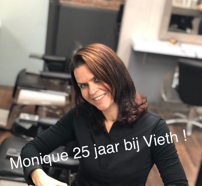 Salon manager Monique al 25 jaar bij Vieth hairdressers - Foto: Ank Pot