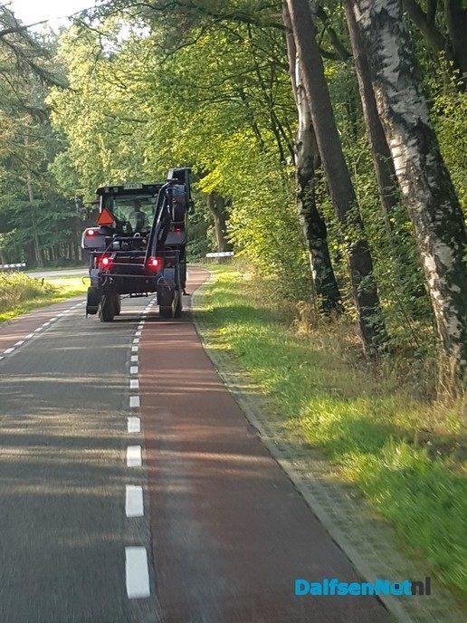 Trekker (Valtra) komt met werktuig tegen bomen aan - Foto: Ingezonden foto
