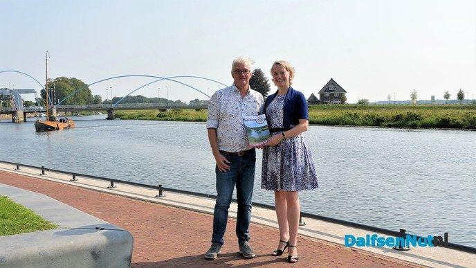 Burgemeester ontvangt eerste exemplaar Proef Dalfsen - Foto: Johan Bokma