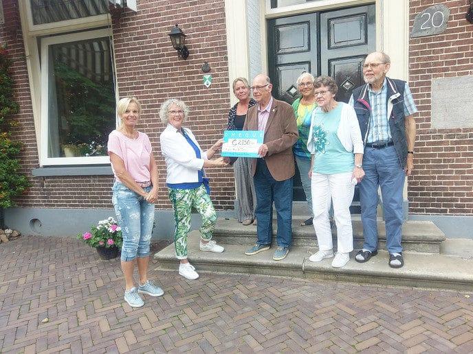 Cheque voor hospice  van computerclub - Foto: eigen geleverde foto