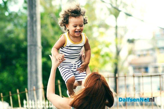 Kun jij je kind ook weleens achter het behang plakken? - Foto: Ingezonden foto