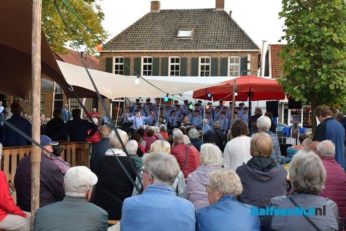 Stuwzangers met veel succes op het Kerkplein in Dalfsen - Foto: Johan Bokma