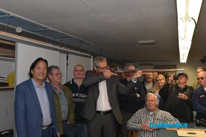 Wethouder Jan Uitslag schiet raak op nieuwe kogelvanger SV Vechtdal - Foto: Johan Bokma