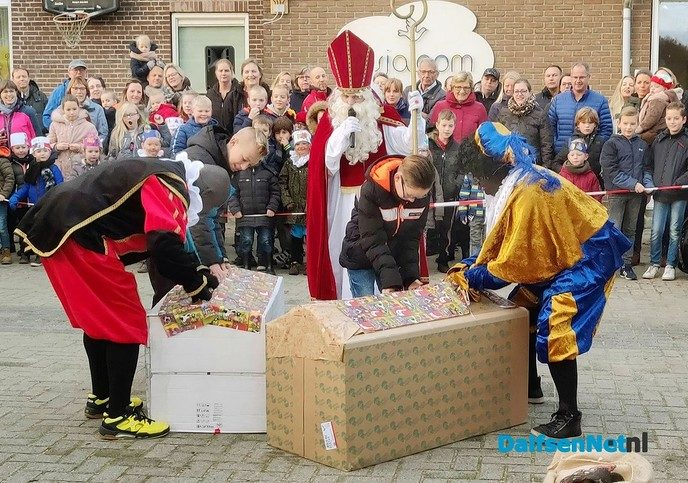 Sinterklaas met de tractor en wagen naar basisschool - Foto: Ingezonden foto
