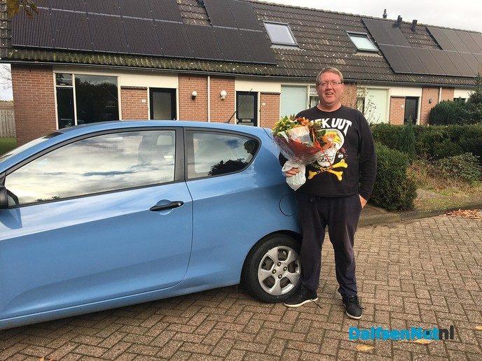 AutoMaatje chauffeur Wim Bootsveld in de bloemen gezet. - Foto: Ingezonden foto