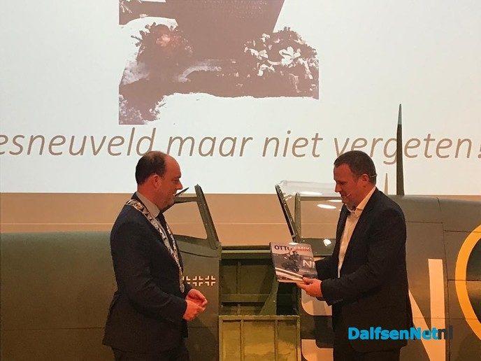 Oud-Dalfsenaar presenteert boek - Foto: Ingezonden foto