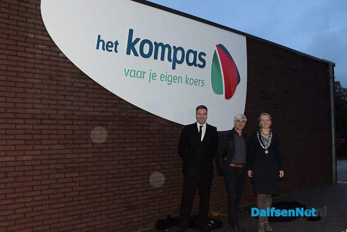 Burgemeester Van Lente onthult het nieuwe logo van CDS Het Kompas - Foto: Johan Bokma