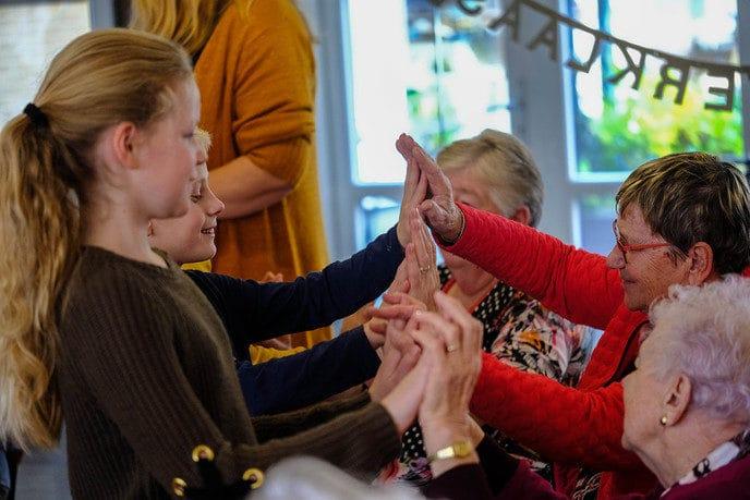 Leerlingen 'Hand-in-Hand' met bewoners - Foto: eigen geleverde foto
