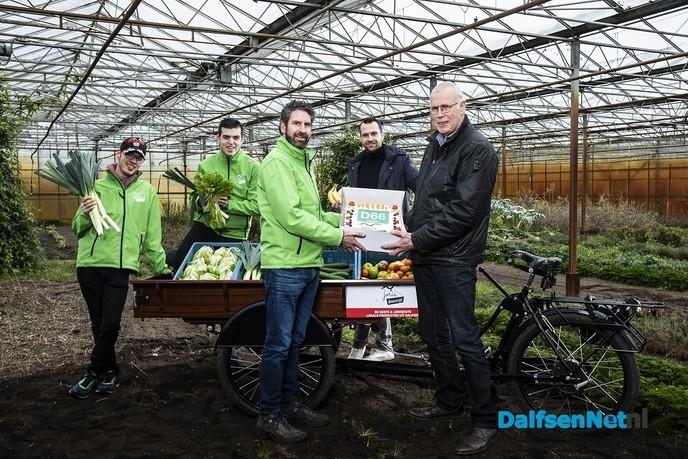 Stichting Joris Bezorgt ontvangt valentijnstaart van D66 - Foto: Ingezonden foto