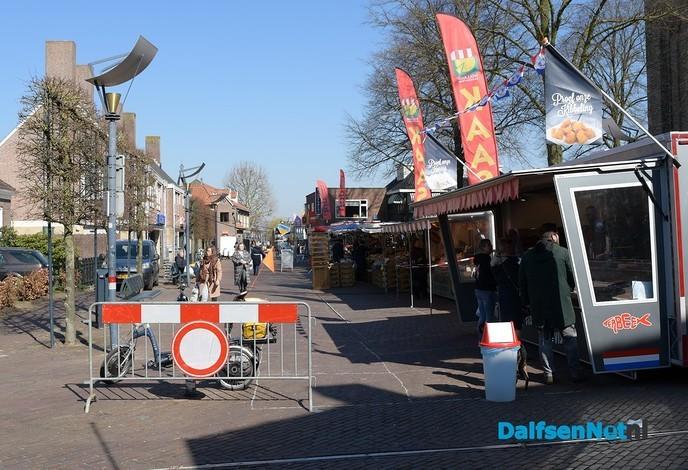 De weekmarkt in Dalfsen ging vandaag gewoon door - Foto: Johan Bokma