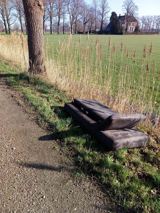 Bankstel gedumpt in berm van Ruitenborghweg - Foto: eigen geleverde foto