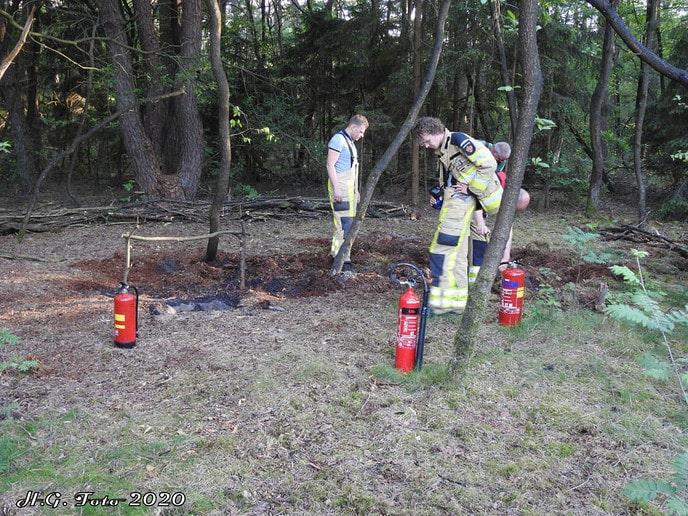 Wandelaars ontdekken bosbrandje aan de Spokkeriete