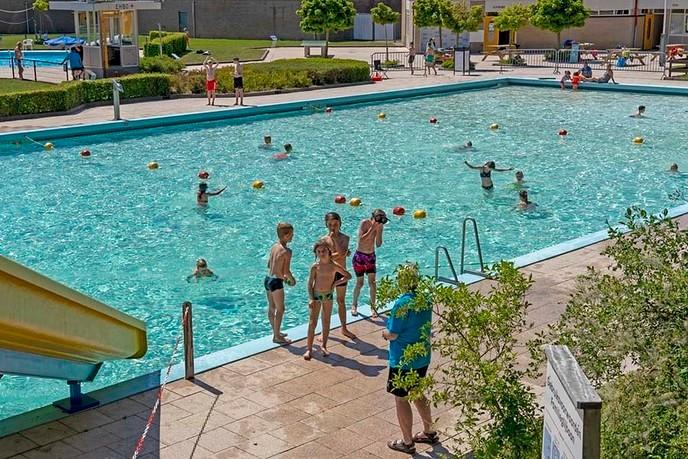 Gratis zwemmen voor honderd arme gezinnen - Foto: Paul Scholten