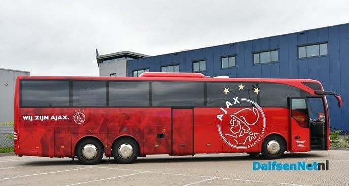 Spelersbus SV Dalfsen tussen die van AJAX en PEC Zwolle - Foto: Johan Bokma