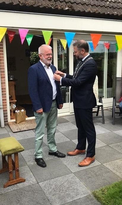 De burgemeester op bezoek bij Flip Jonkman, de muziekman - Foto: Ingezonden foto