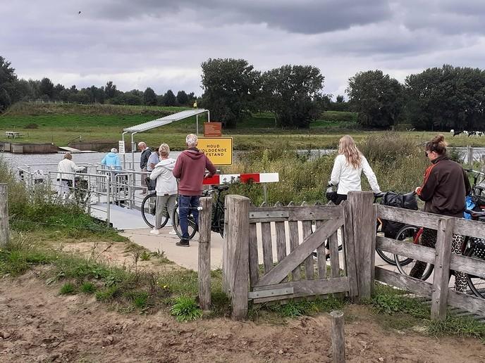 Drukte bij fiets- en voetveer - Foto: Ingezonden foto