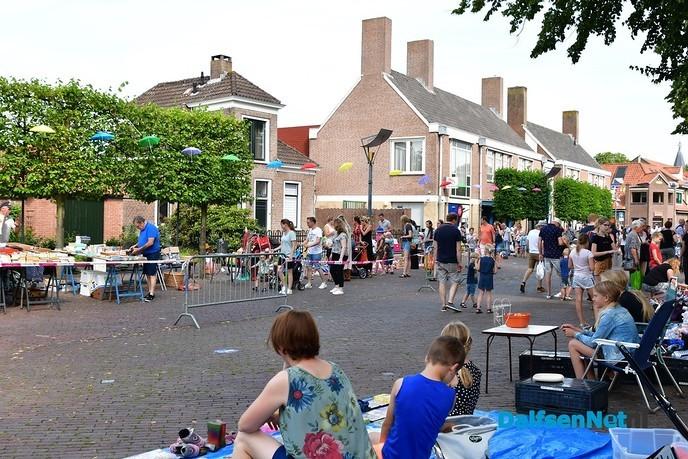 Publiek Prinsenstraat lapt anderhalve meter aan de slippers - Foto: Johan Bokma