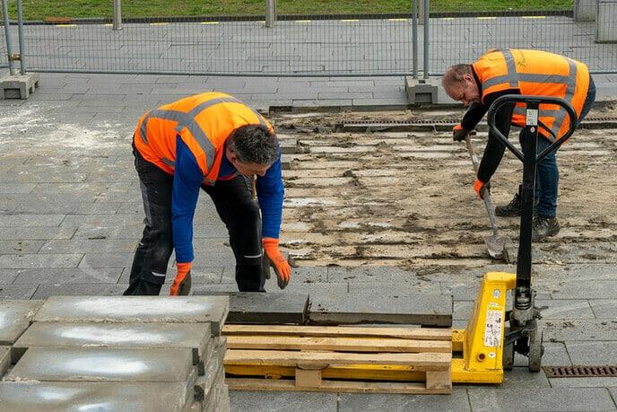 Werkzaamheden aan voorplein gemeentehuis zijn begonnen - Foto: Paul Scholten