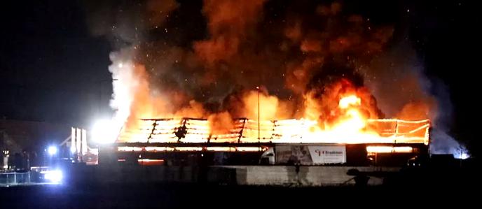 Grote brand terrein van het bedrijf Braakman - Foto: Ingezonden foto