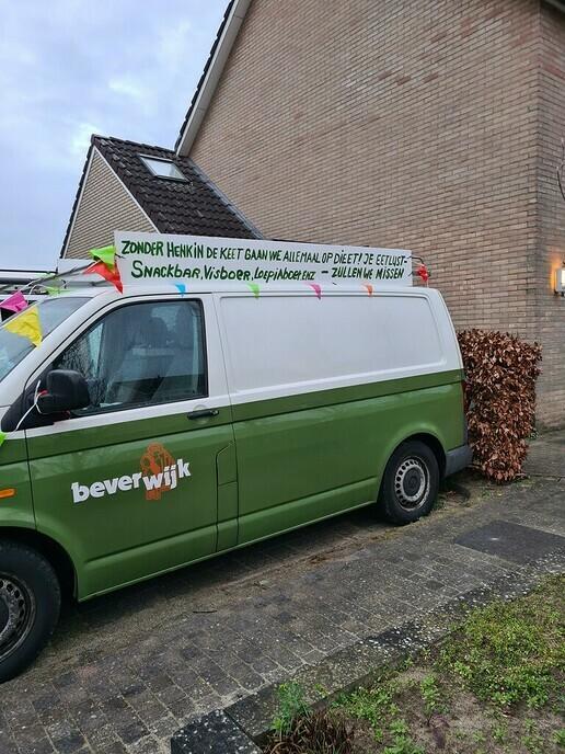 Henk Jansen met versierde (bever) bus naar het werk - Foto: Ingezonden foto