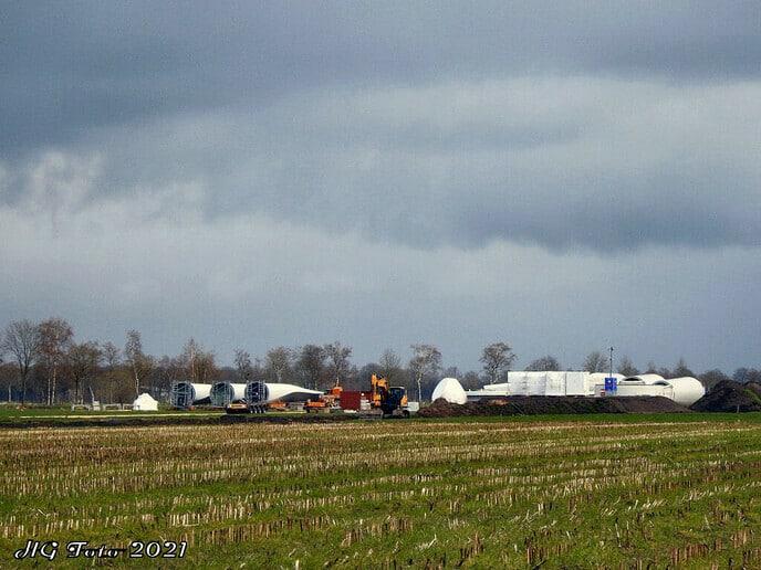 De eerste windmolen aan de Meentjesweg vordert snel.