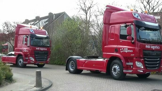 MDI Logistics chauffeurs brengen groet aan collega.