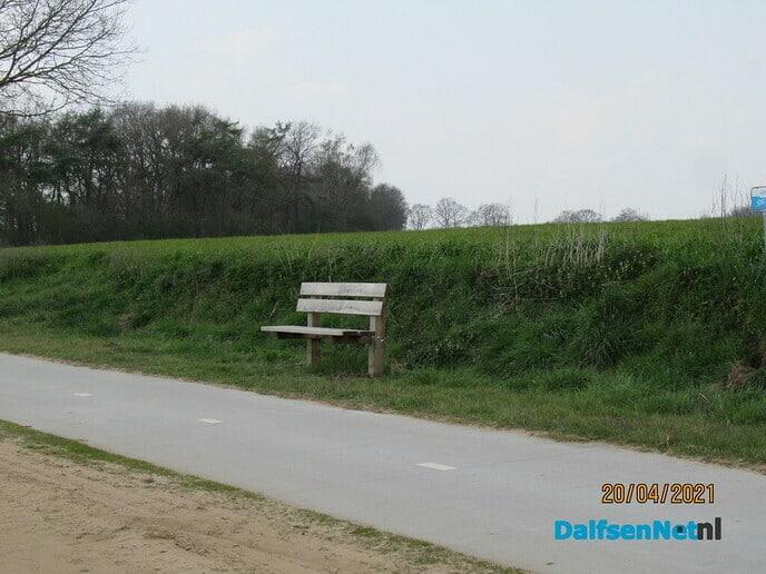 Nieuwe bankjes langs de Oude Oever - Foto: Ingezonden foto