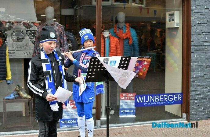 Lindy en Juliet zamelen geld in voor team La League  - Foto: Johan Bokma