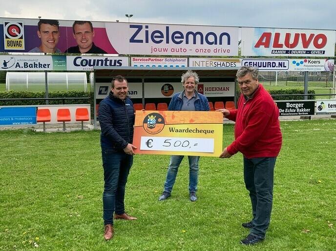 Cheque van € 500,00voor Stichting Hand in Hand - Foto: Ingezonden foto