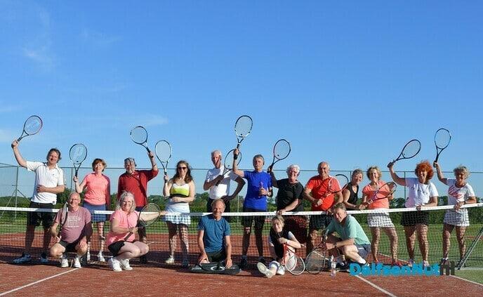 Leden TCH 't Melkhuusie tennissen er lustig op los! - Foto: Johan Bokma