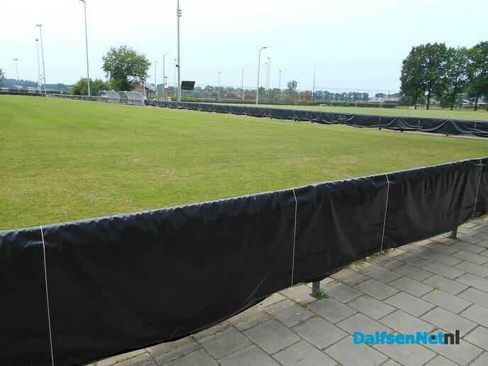 Voetbalreclame op zwart
