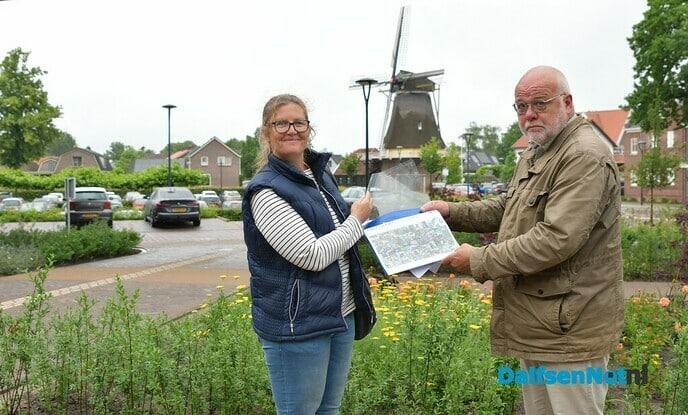 Wethouder van Leeuwen neemt petitie Hondenspeelveld Dalfsen in ontvangst - Foto: Johan Bokma