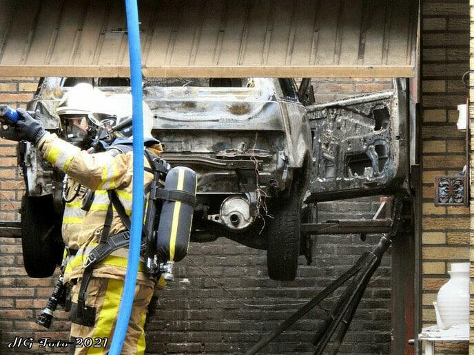 Auto vat vlam in de garage.