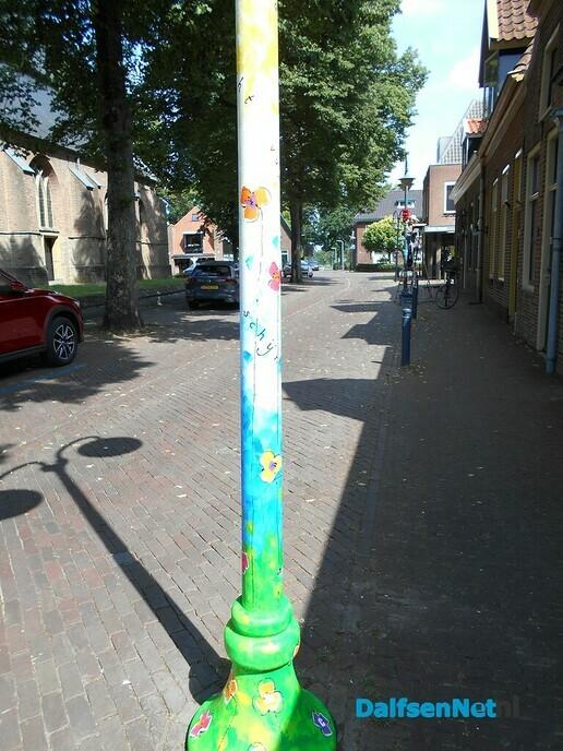 Kunst aanbrengen op lantaarnpalen in het centrum is begonnen