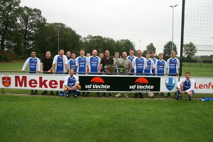 Jonge bloeiende ondernemers sponseren voetbalvereniging - Foto: Ingezonden foto