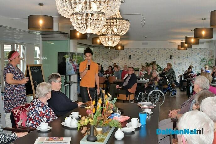 Dieneke en Burgemeester van Lente openen tentoonstelling in de Brugstede - Foto: Johan Bokma