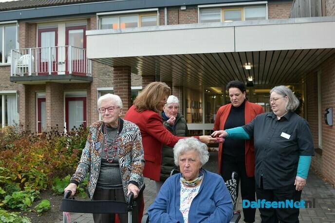 Bewoners Rosengearde verrast tijdens Nationale Groente- en Fruitdag - Foto: Johan Bokma