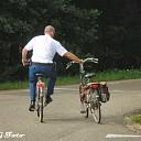 Vrouw met fiets ten val.