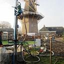 Bron boren achter de molen Hoonhorst