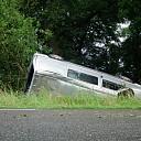 Auto over de kop langs Tolhuisweg