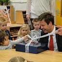 Burgemeester leest voor op de Sint-Willibrordusschool