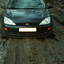 Bejaarde man hulpeloos vast met auto in modder