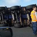 Vrachtwagen gekanteld rotonde rondweg Ommen