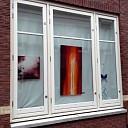 Tineke Langbroek achter glas